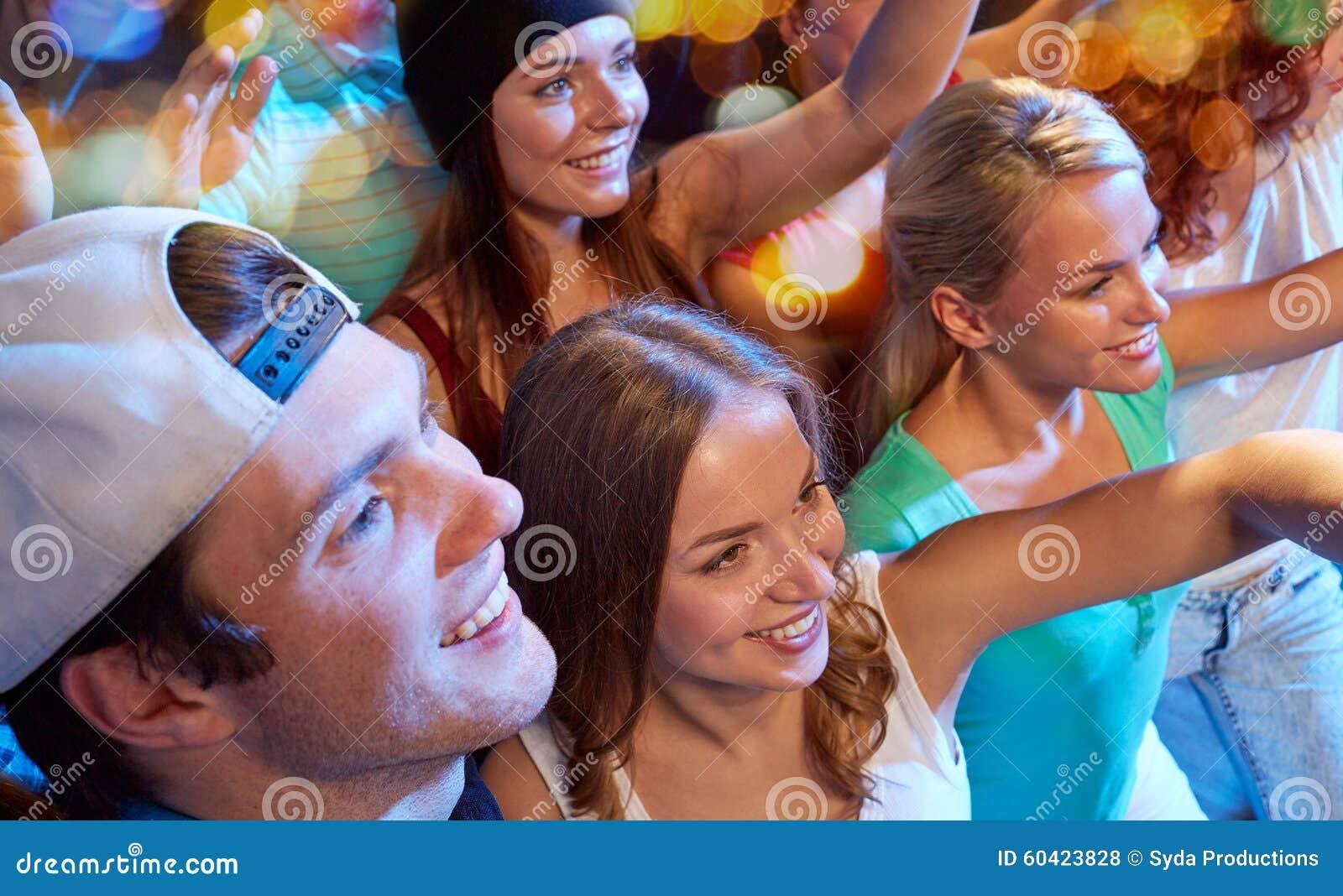 音乐会的微笑的朋友在俱乐部