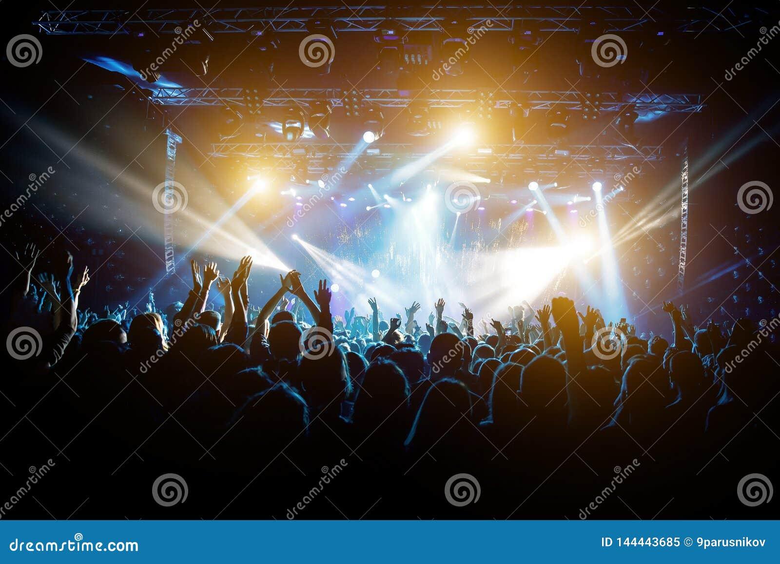 音乐会的满意的人,从阶段的色的光