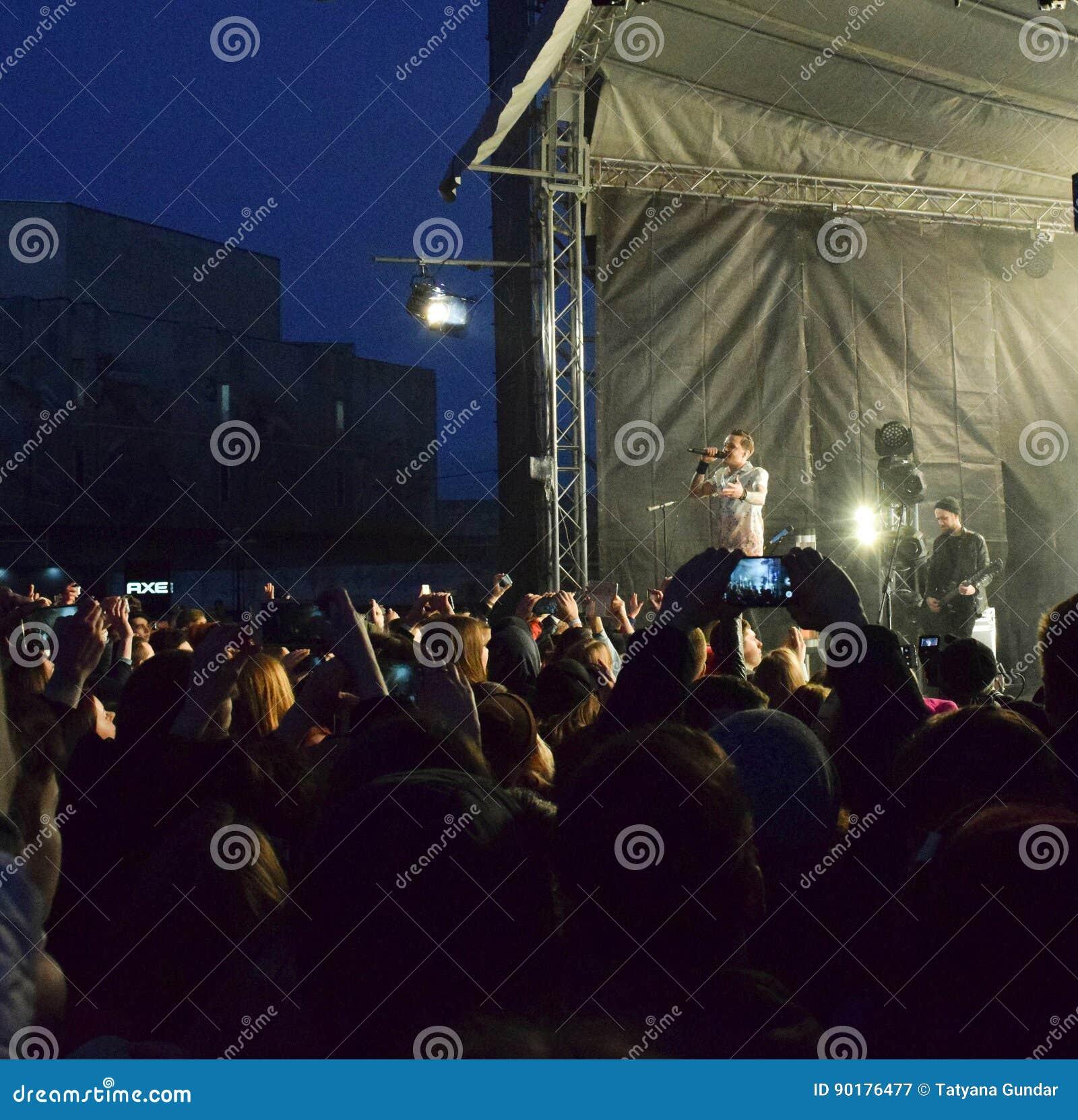 音乐会的青年人