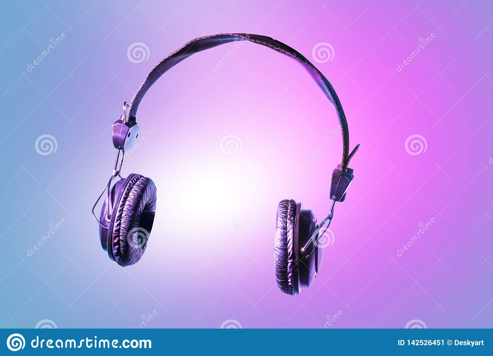 音乐的耳机 有在美好的皮革盖的泡沫御寒耳罩的一个现代和时髦耳机
