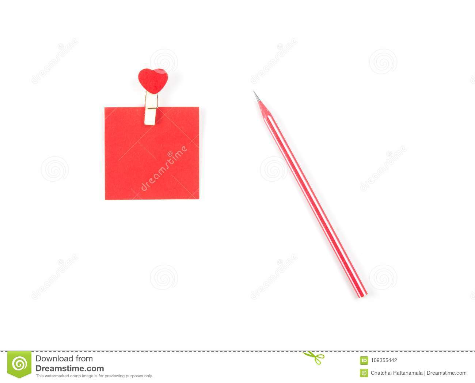 顶视图备忘录在白色backgroun黏附红色笔记和红色铅笔