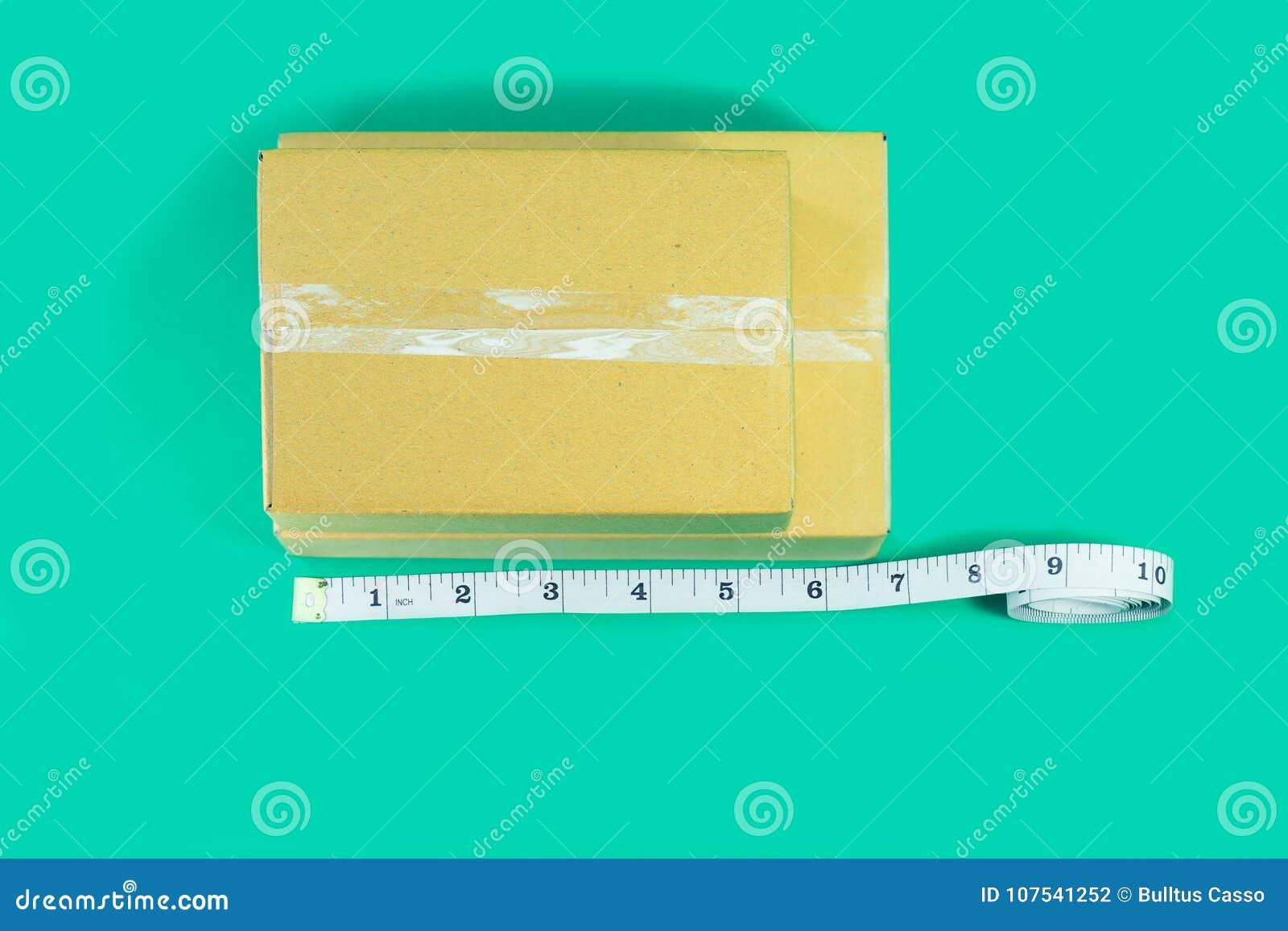 顶视图有卷尺的纸板箱