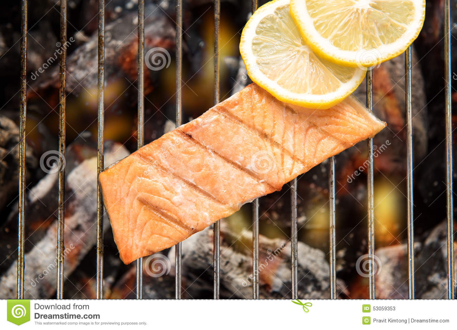 顶视图烤了三文鱼用在火焰状格栅的柠檬