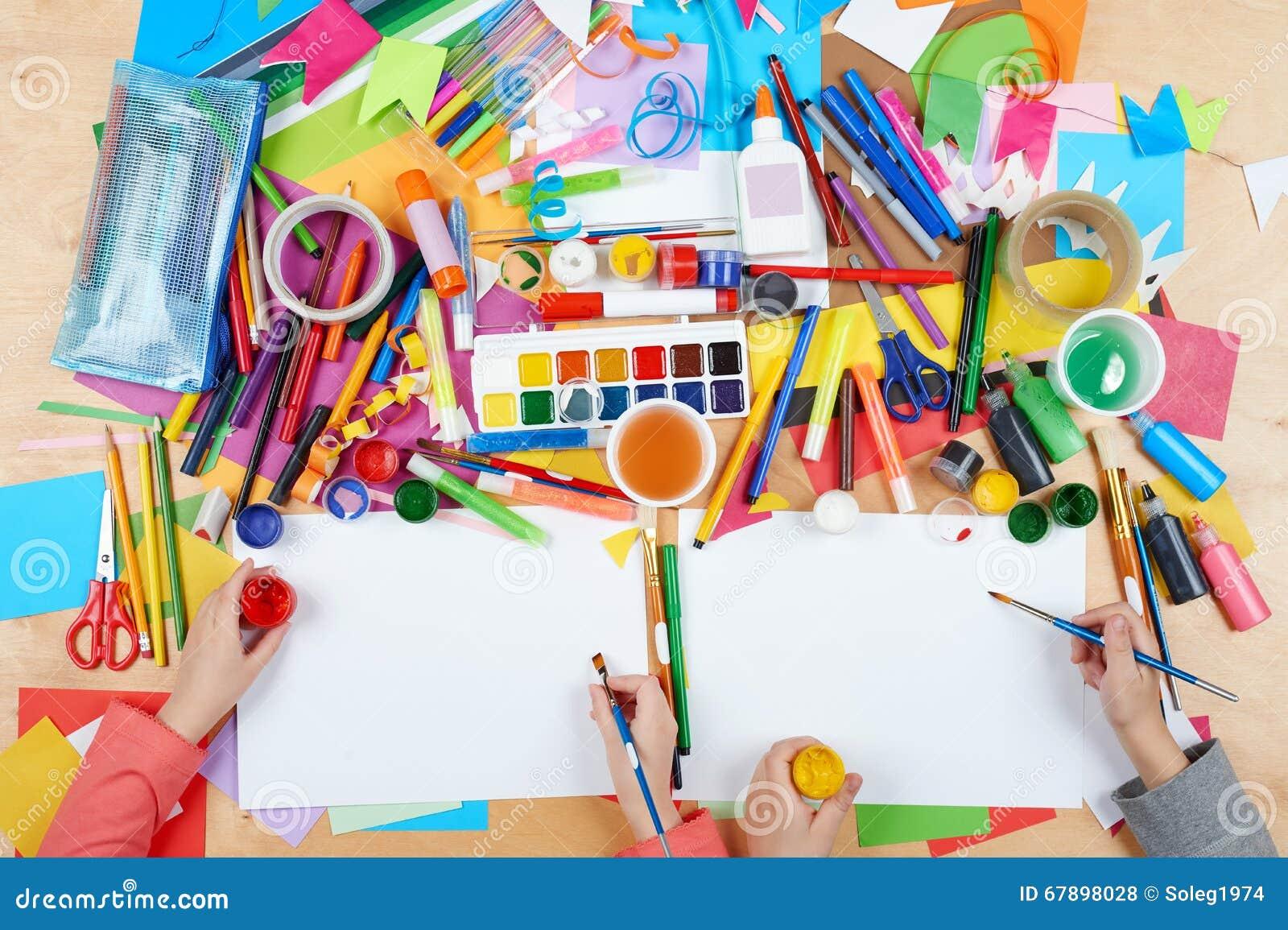 画顶视图的孩子 有创造性的辅助部件的艺术品工作场所 为绘的平的位置艺术工具