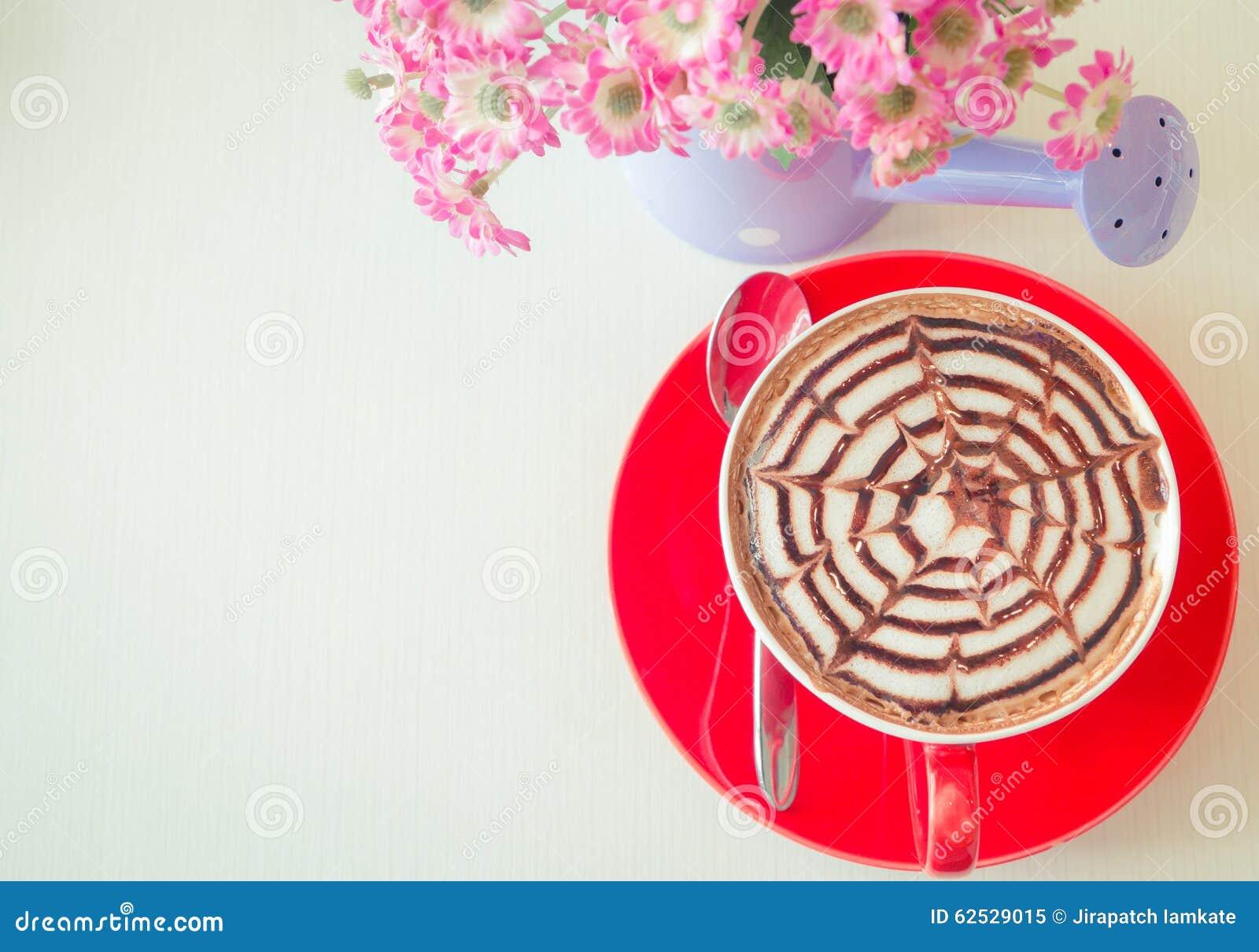 顶视图红色咖啡与花瓶的花