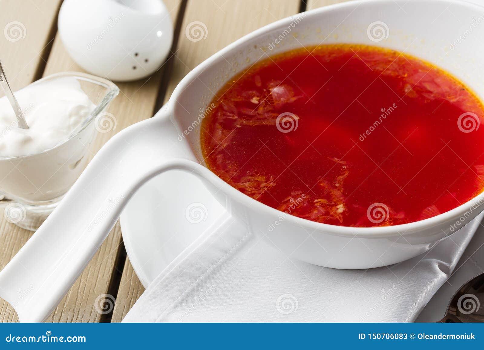 顶视图罗宋汤,乌克兰烹调酸汤,用肉,土豆,甜菜根 r