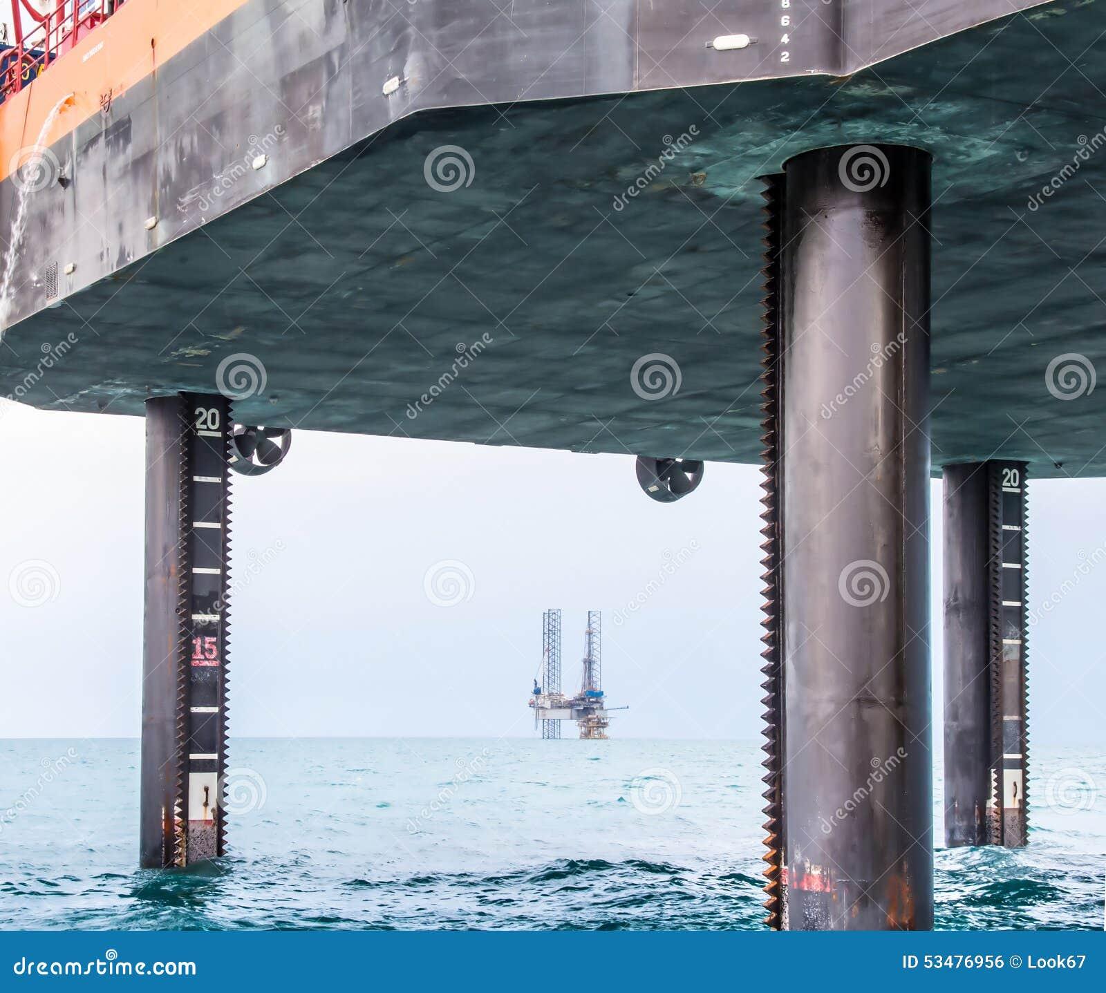 顶起的驳船和半潜水型的凿岩机