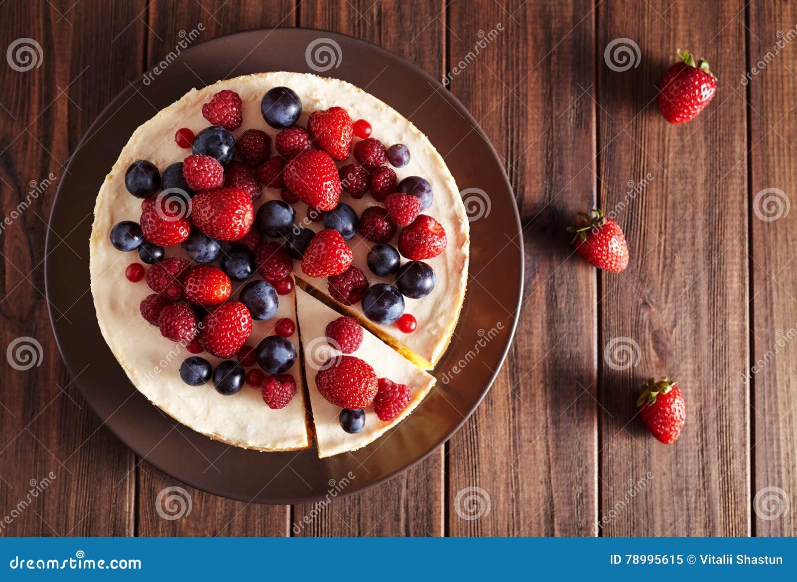 顶面viev 可口自创乳脂状的mascarpone纽约乳酪蛋糕用在黑暗的木桌上的莓果 关闭