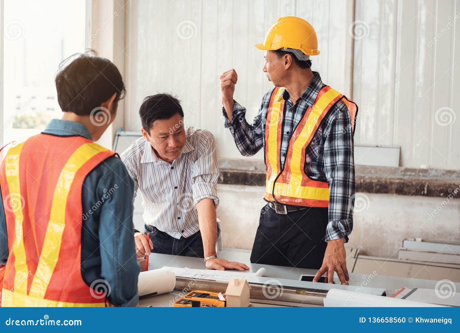 项目建筑工程师队工业在站点架设 工程师项目管理飞行为的队和建筑师