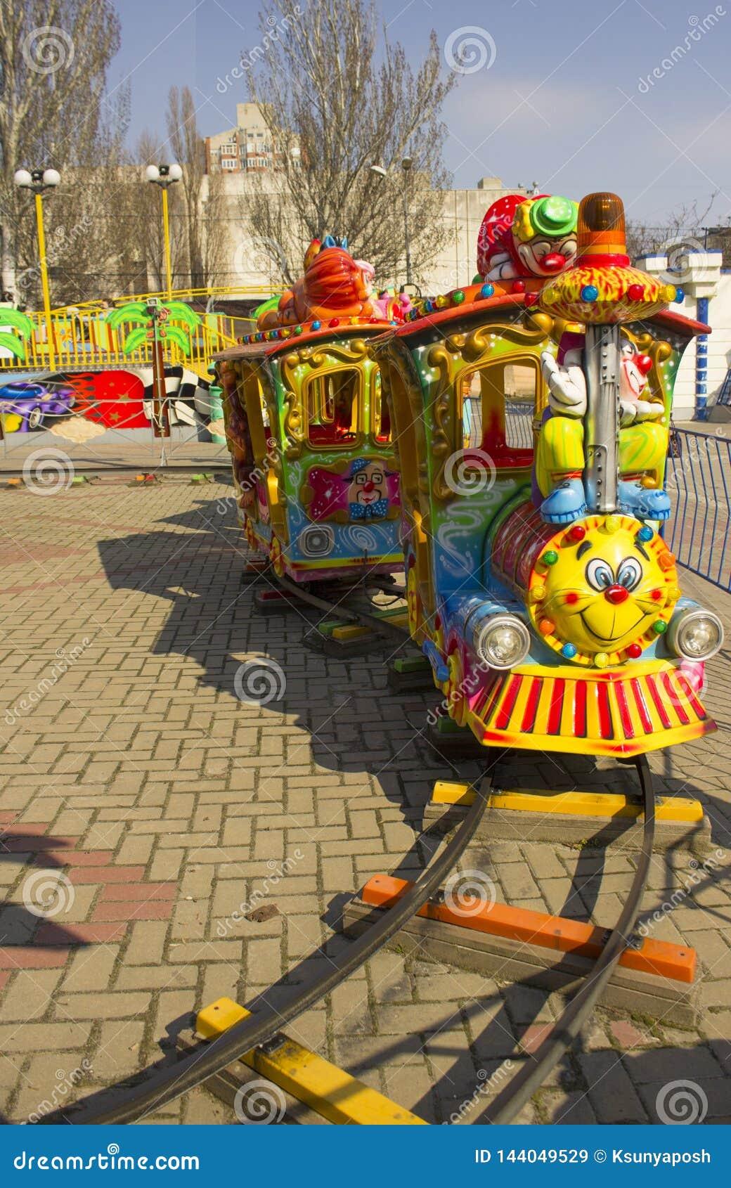顿河畔罗斯托夫,俄罗斯联邦,2019年3月30日 娱乐ferris晚上公园向量轮子 有一张面孔的明亮的机车在机车