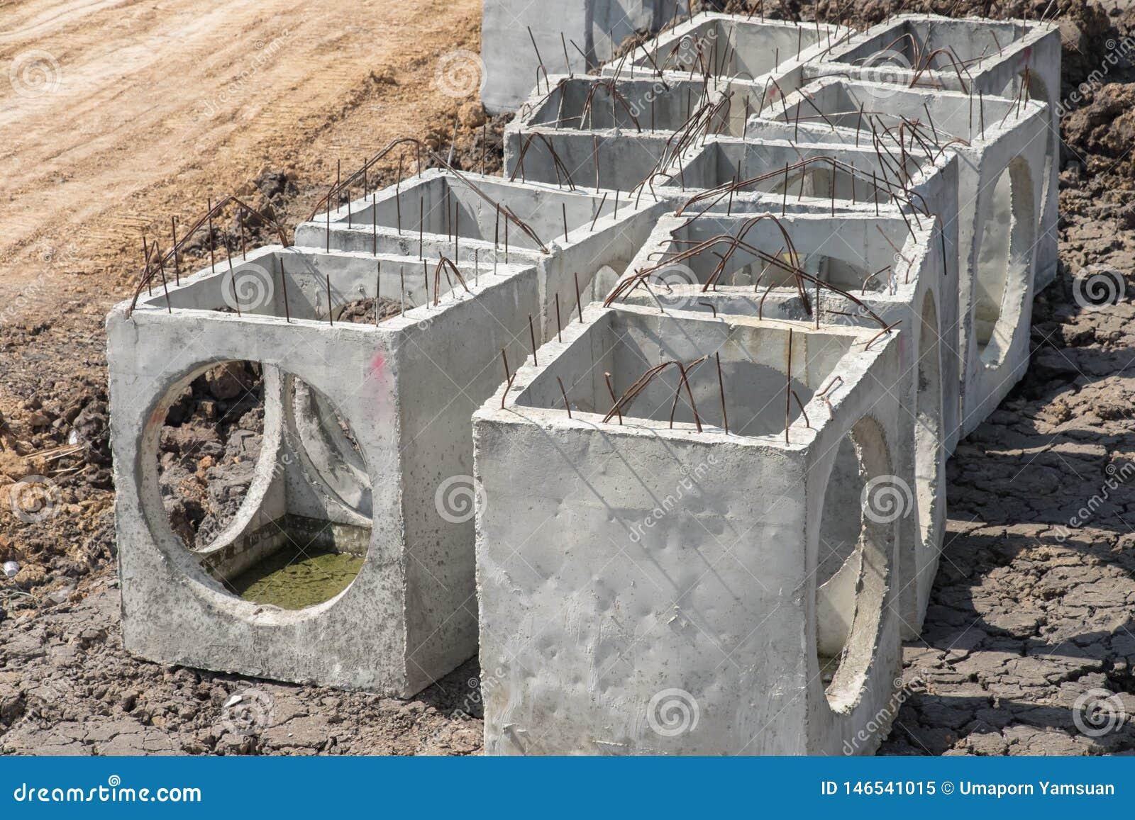 预制混凝土出入孔在工地工作准备好建筑