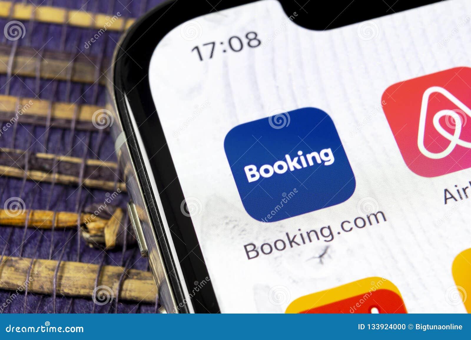 预订 com在苹果计算机iPhone x屏幕特写镜头的应用象 售票app象 预订 com 社会媒介app 3d网络照片回报了社交