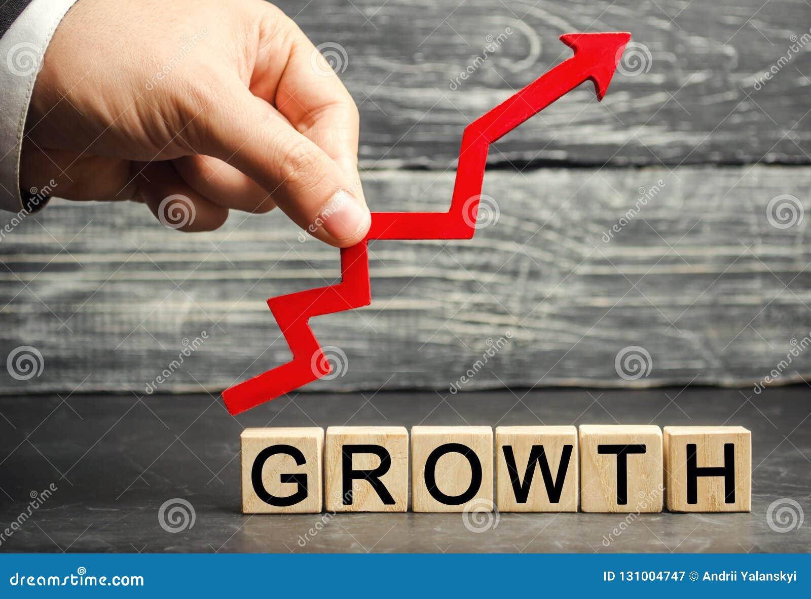 题字成长和箭头 成功的事务的概念 在收入,薪金的增量 公司的成长'