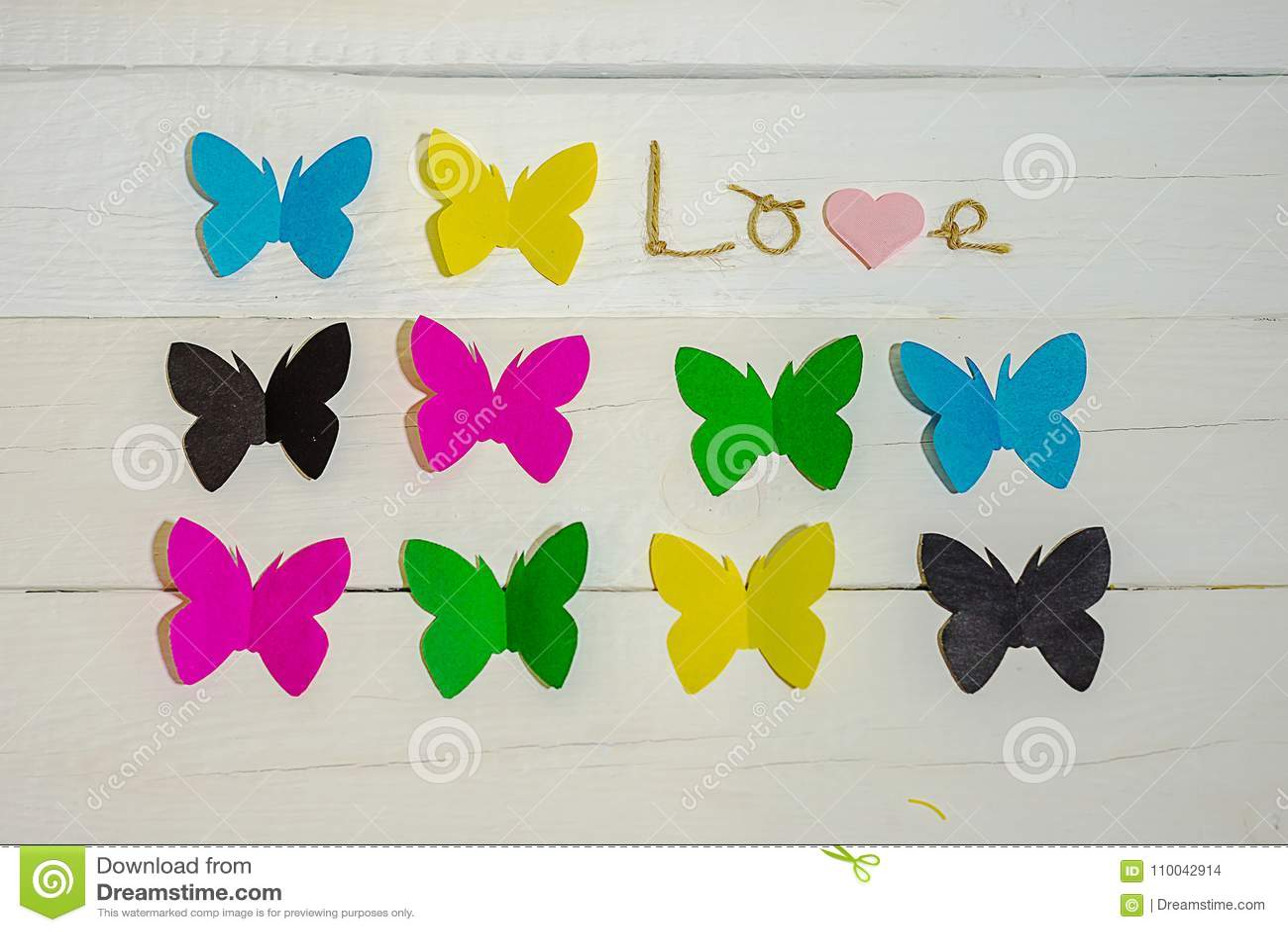 题字爱和蝴蝶在背景