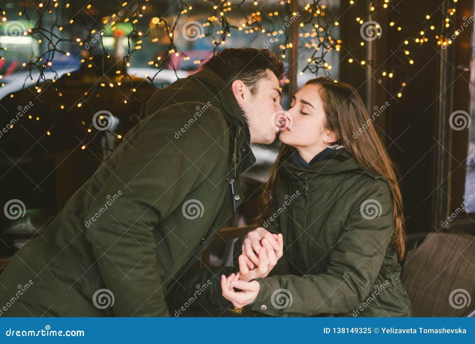 题材爱假日情人节 对大学生,白种人异性爱恋人在冬天,坐街道桌