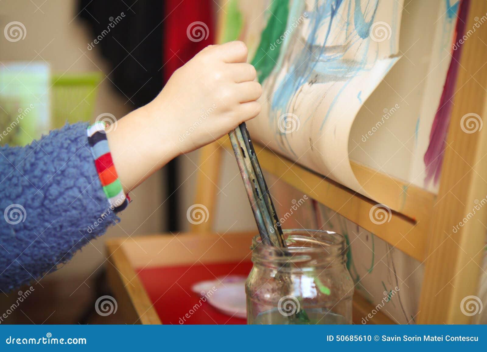 Download 颜色使用 库存照片. 图片 包括有 婴孩, 现有量, 兴奋, 艺术, 女孩, 热心, 逗人喜爱, 背包, 华美 - 50685610