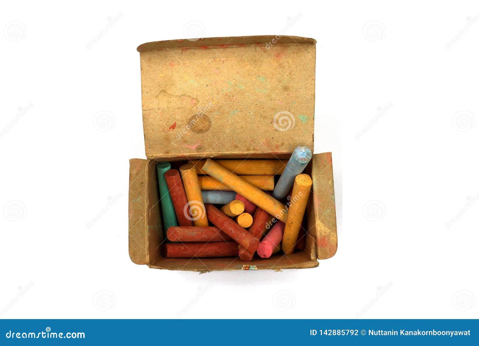 颜色用粉笔写在白色背景隔绝的老纸箱的棍子