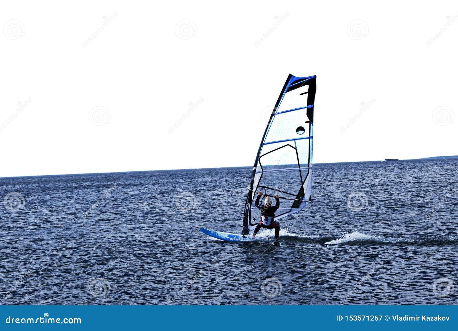 风帆冲浪者迅速滑动在蓝色海 E