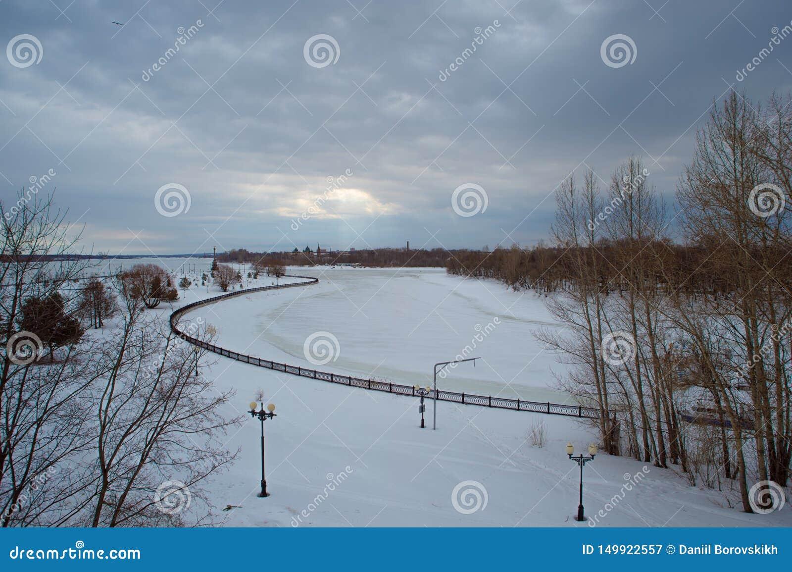 风景冬天河,在云彩的天空,光束