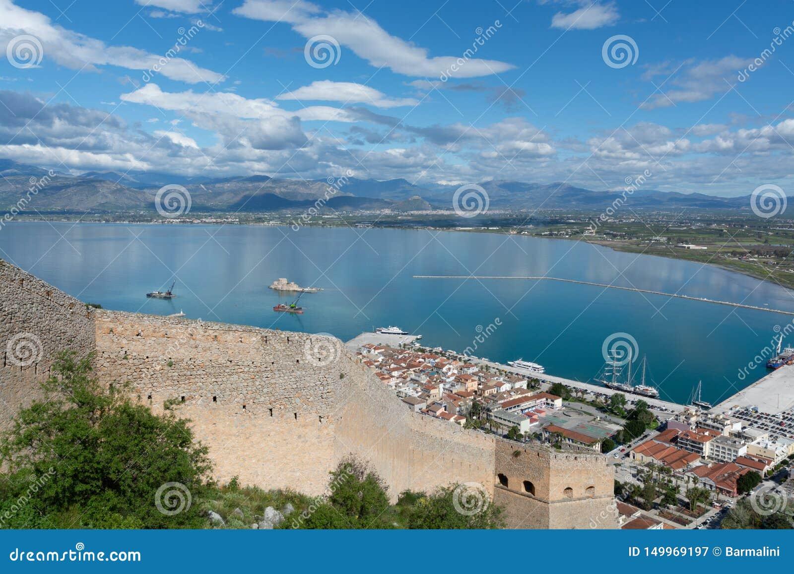 风景有在纳夫普利翁,海口镇在伯罗奔尼撒在希腊,阿尔戈利斯州地方单位,游客旅行的资本的看法