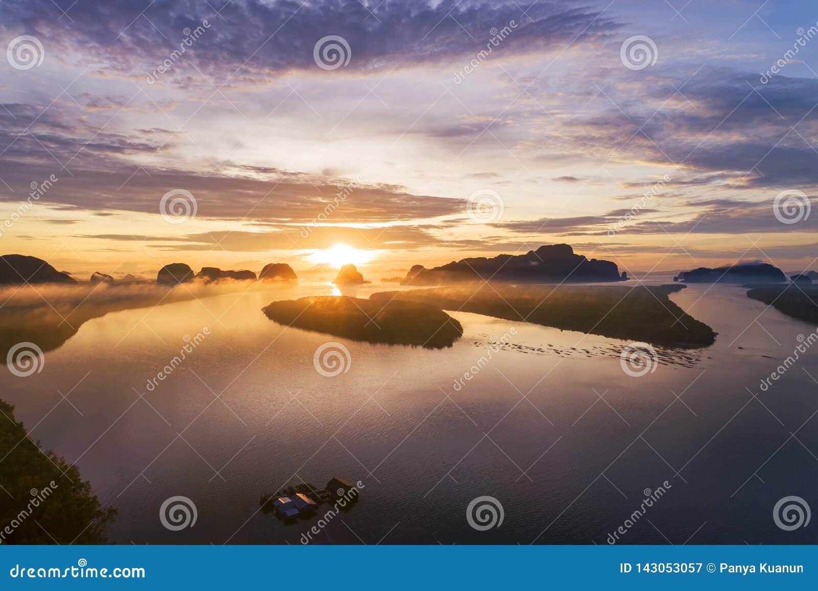 风景自然视图,在山的美好的轻的日出在泰国鸟瞰图寄生虫射击了