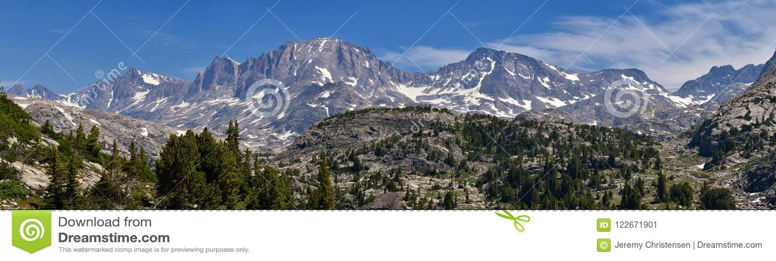 风河范围,落矶山,怀俄明,从挑运的供徒步旅行的小道的看法到从埃尔德哈特公园Trailhead去的Titcomb盆地