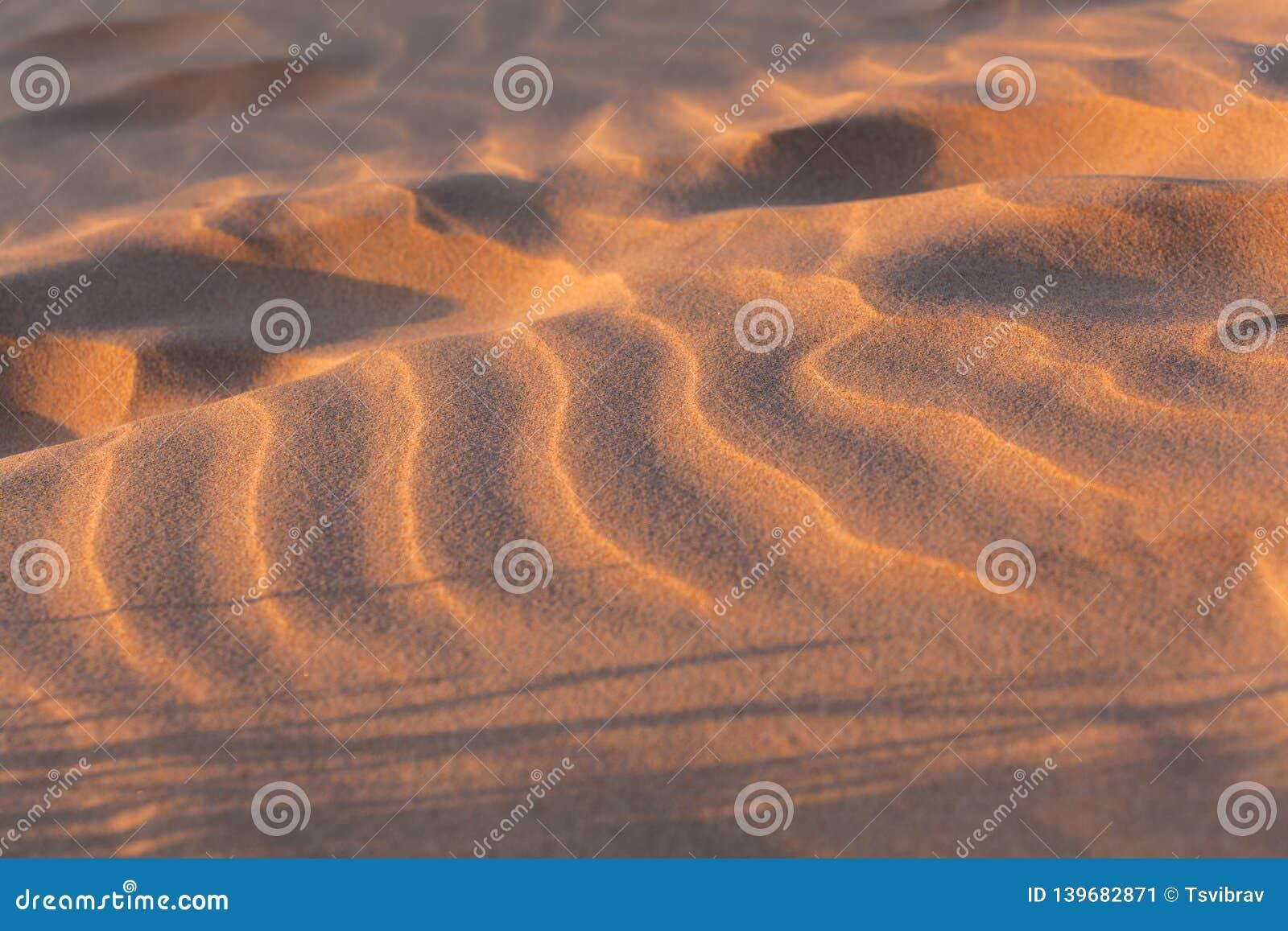 风浪在沙子发出答答声在日落