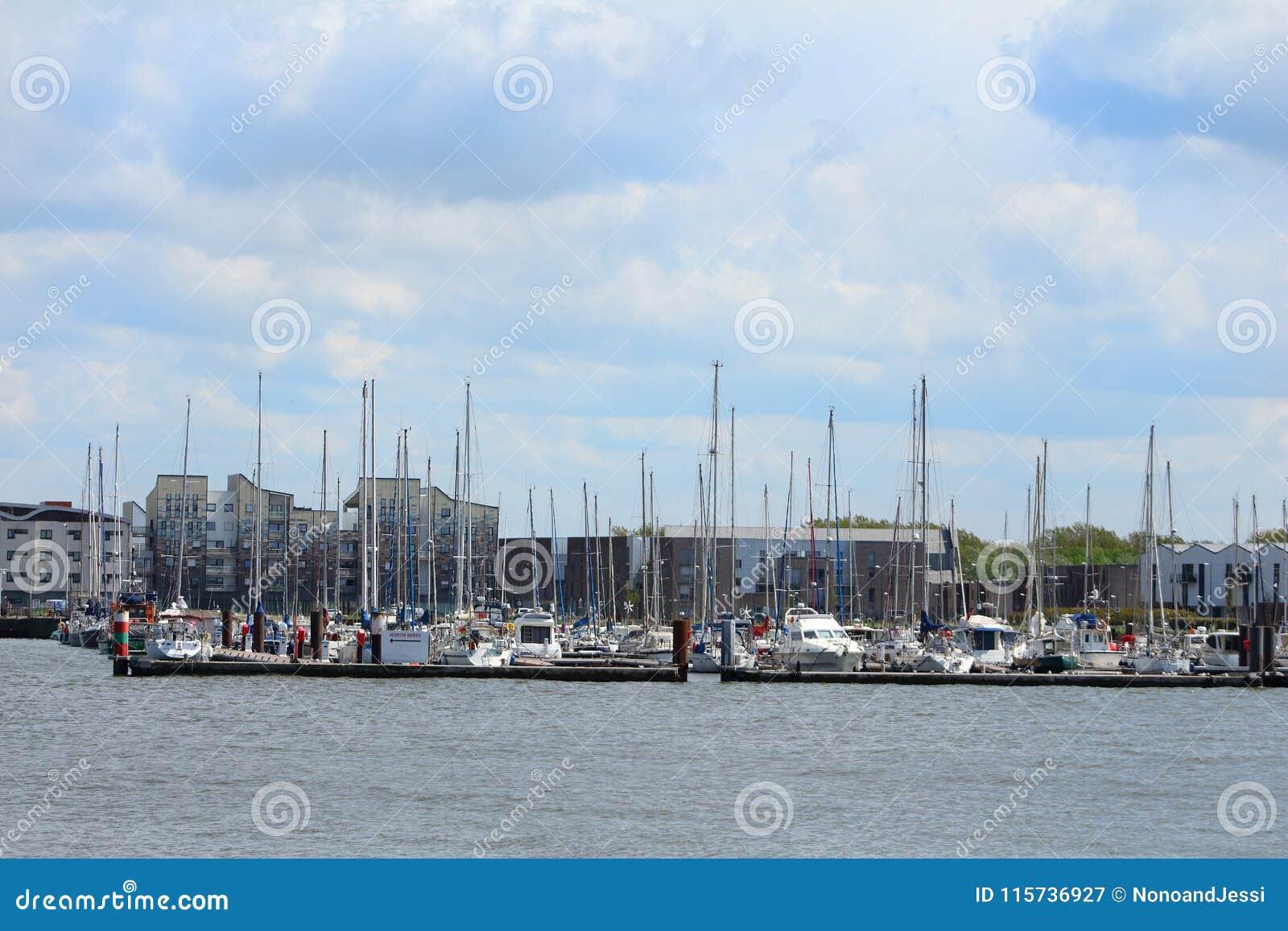 风船和游艇被停泊在小游艇船坞