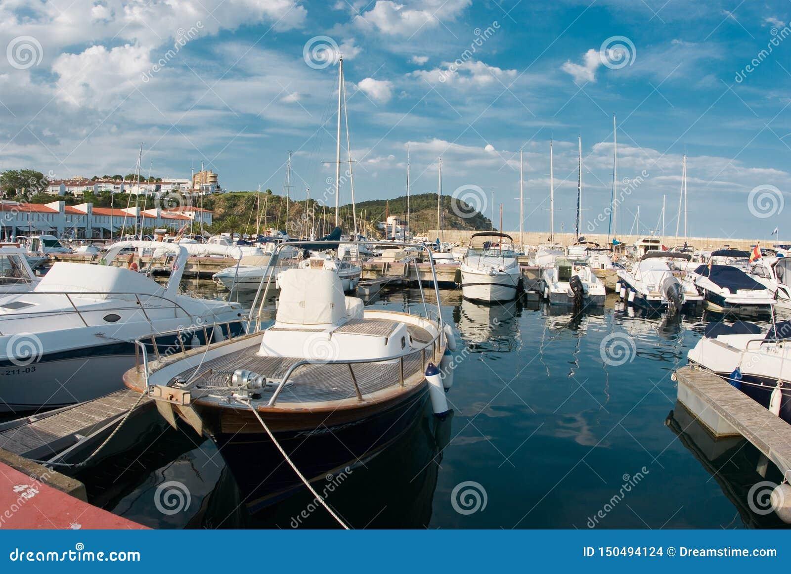 风船港口,许多美丽被停泊在海港,夏令时假期航行游艇