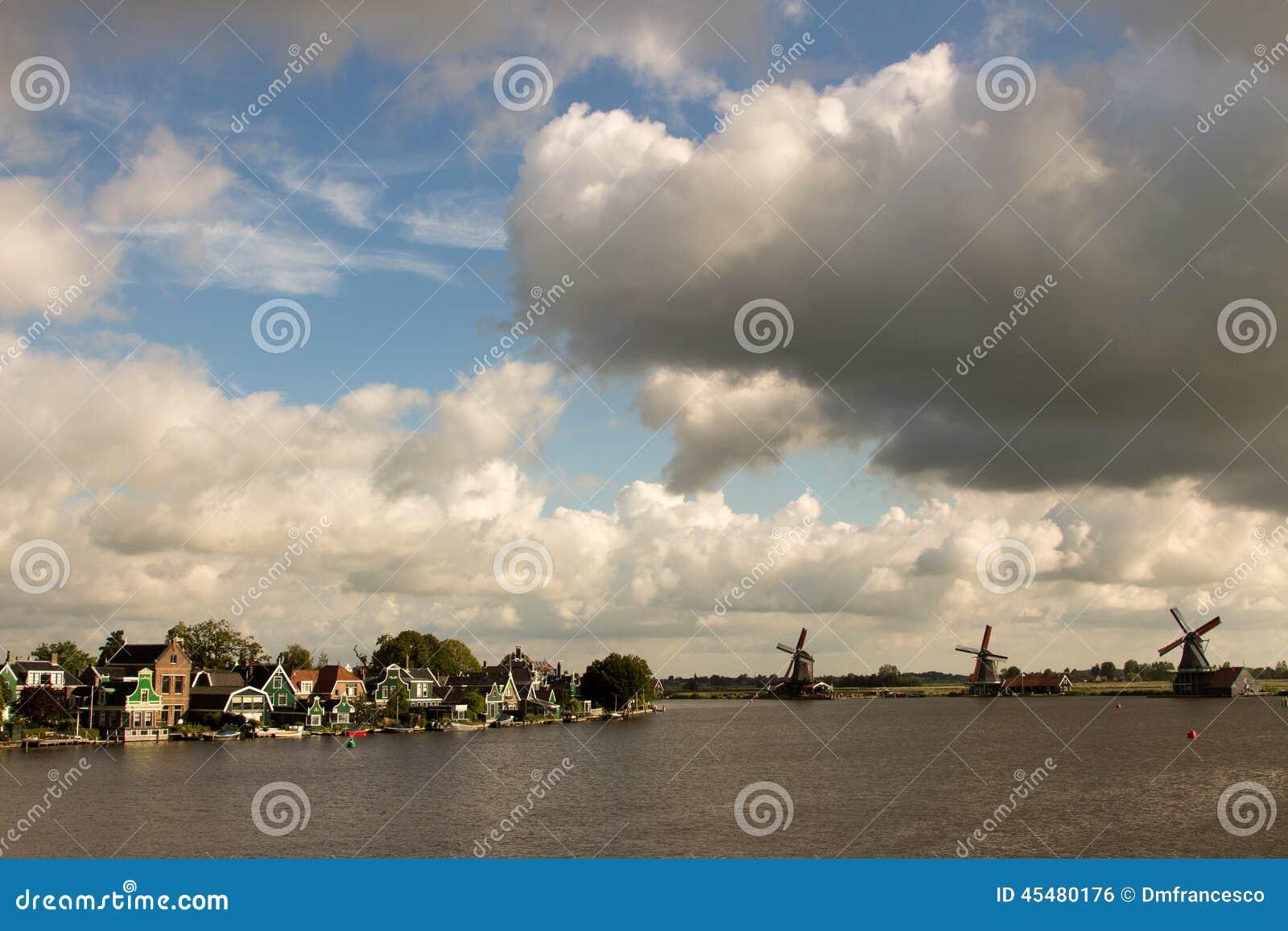 风车在北海的水坝障碍