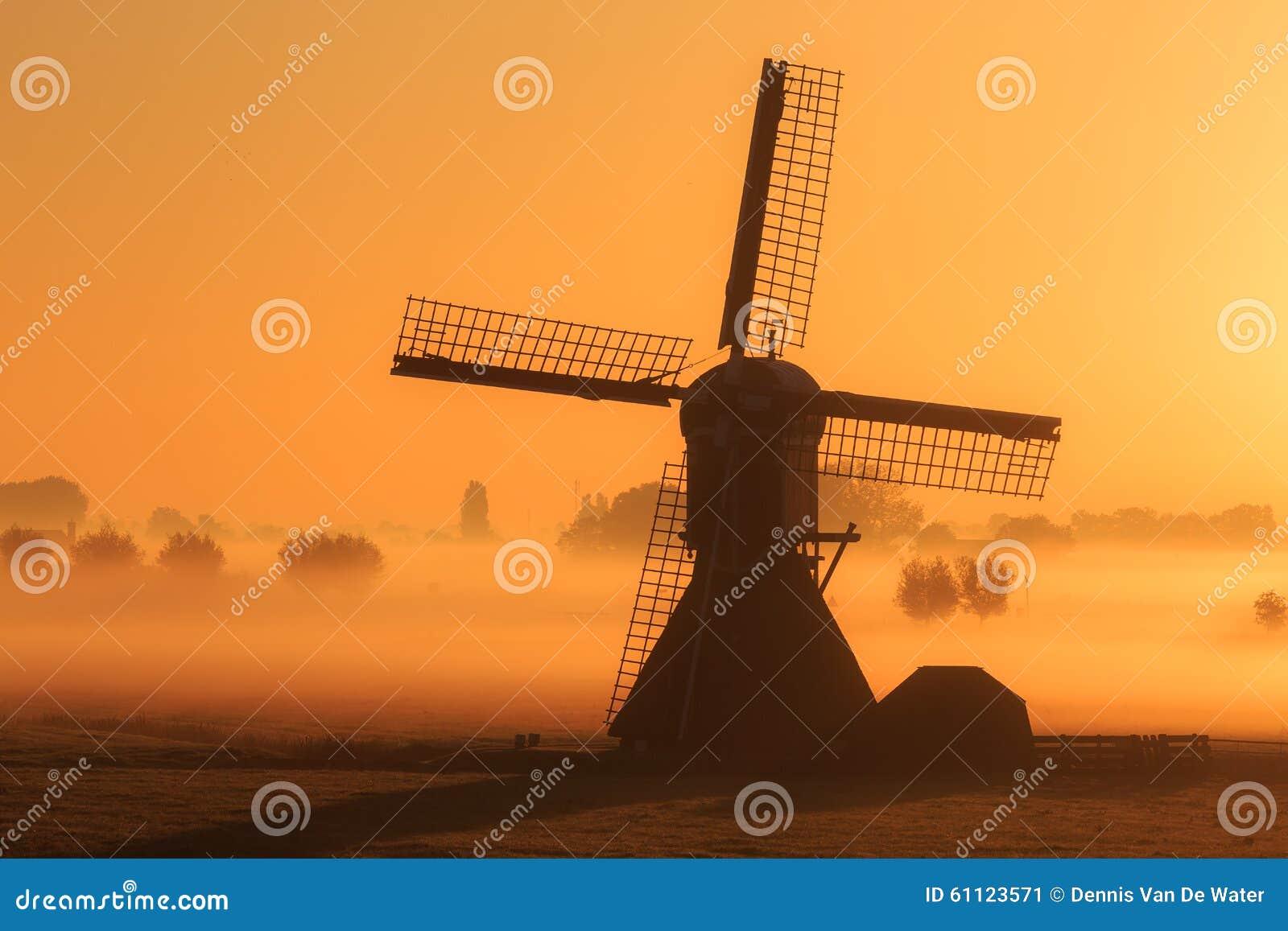 风车有雾的早晨