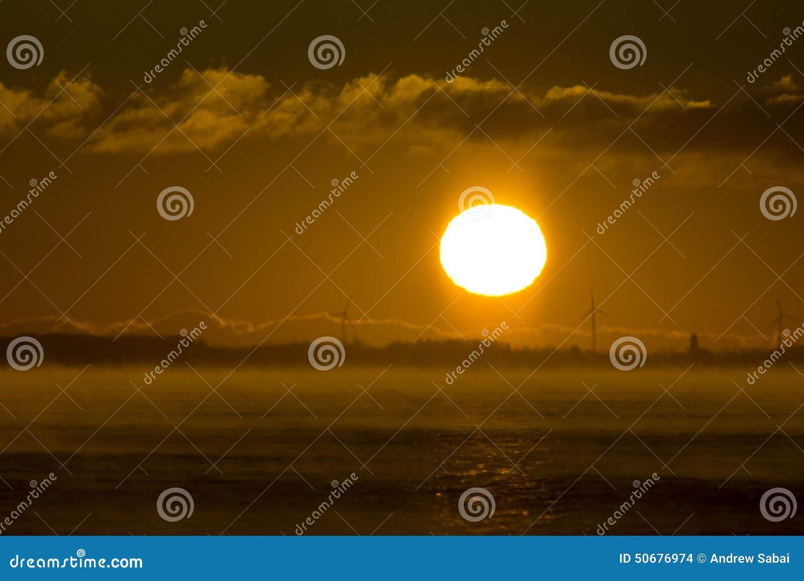 Download 风轮机日出 库存照片. 图片 包括有 温室, 有雾, 作用, 云彩, 日落, 温暖, 干净, 涡轮, 能源 - 50676974