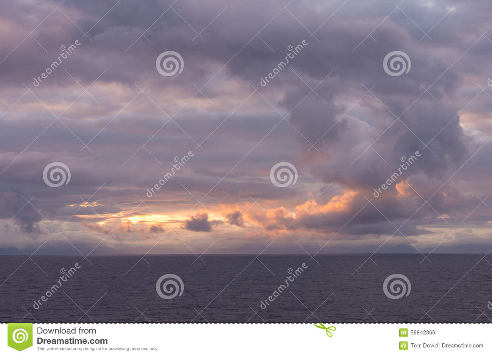 风雨如磐的天空离开沿海阿拉斯加