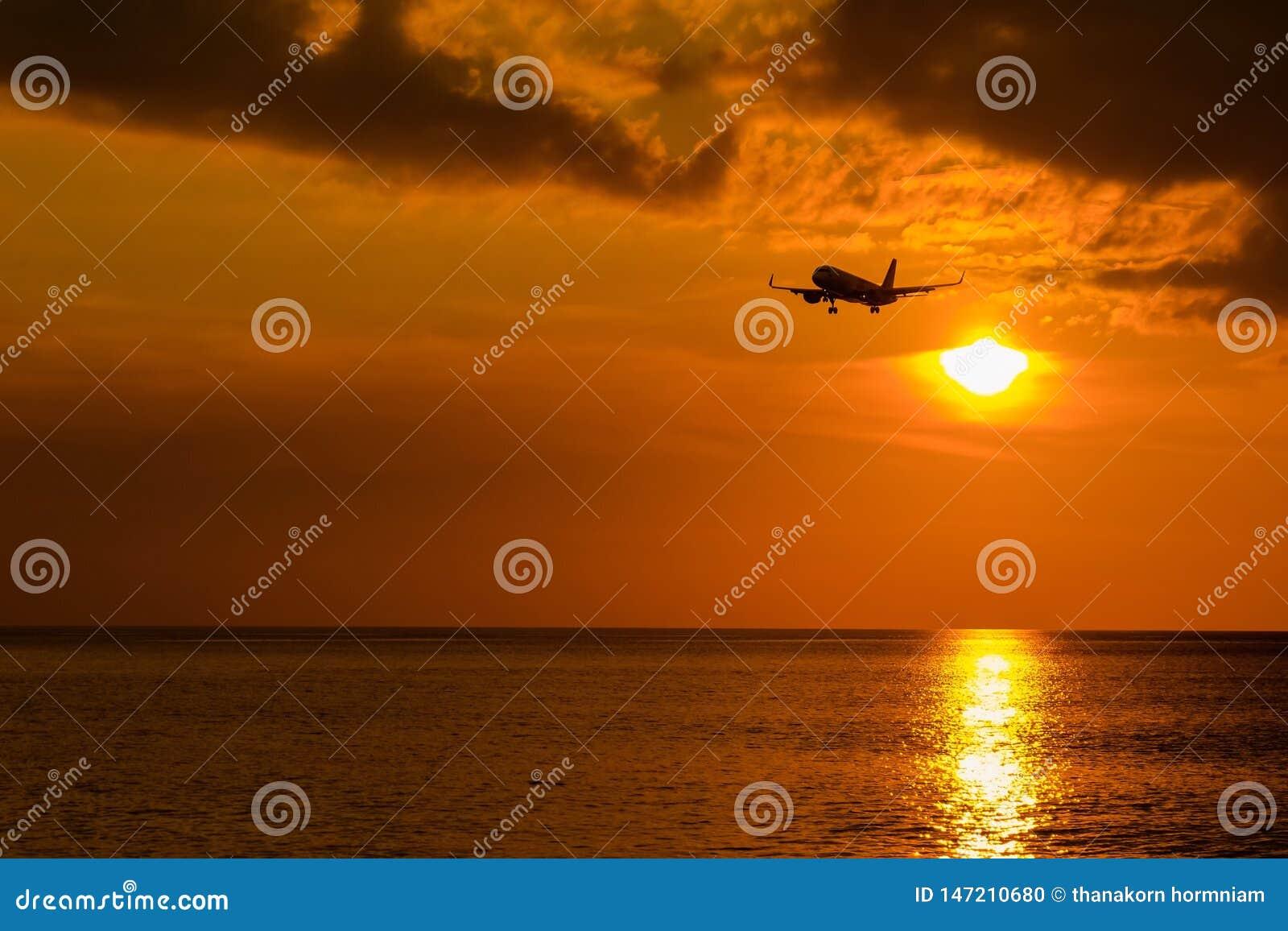 飞机和日落