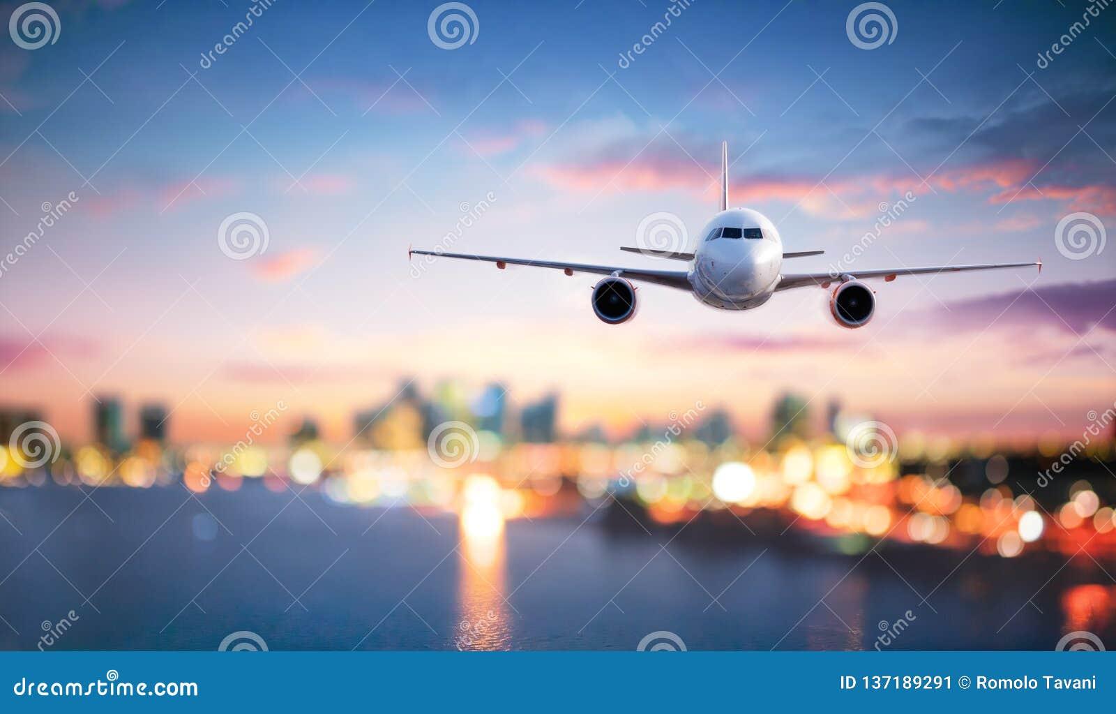 飞机在飞行中在微明