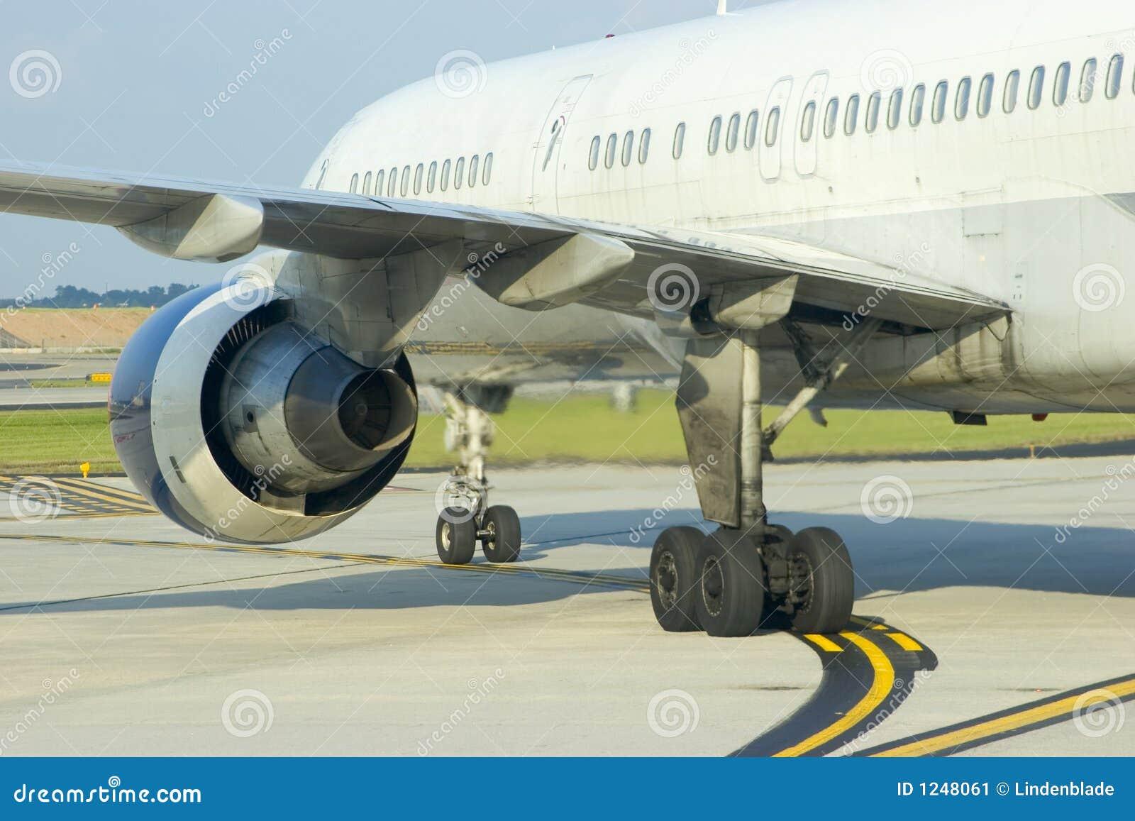 飞机引擎后方