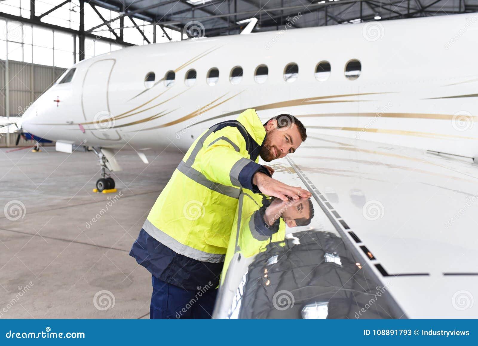 飞机机械员检查并且登记喷气机的技术