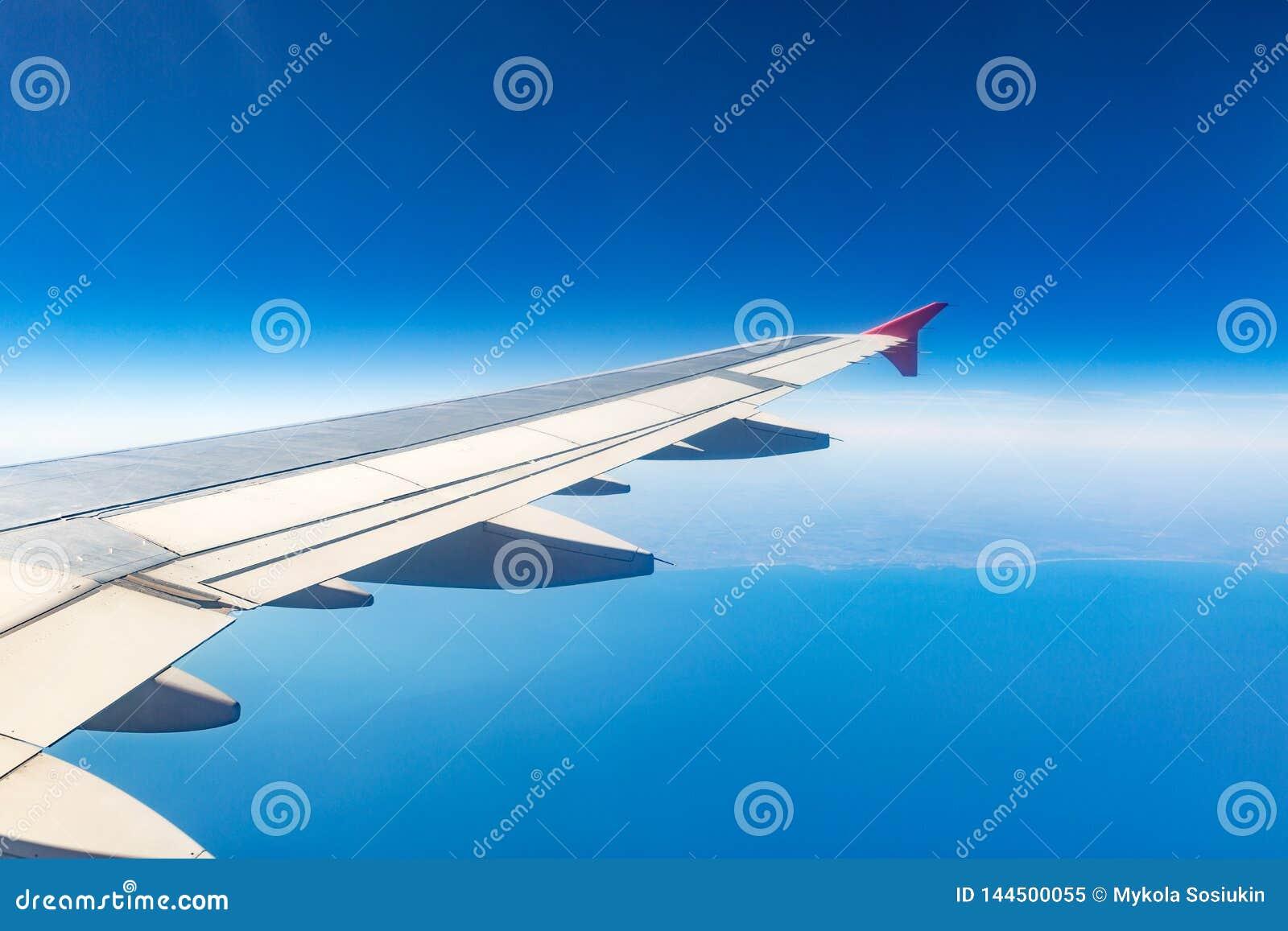 飞机的翼 飞机背景概念地球例证查出surranded移动的白色 在云彩的飞机空运