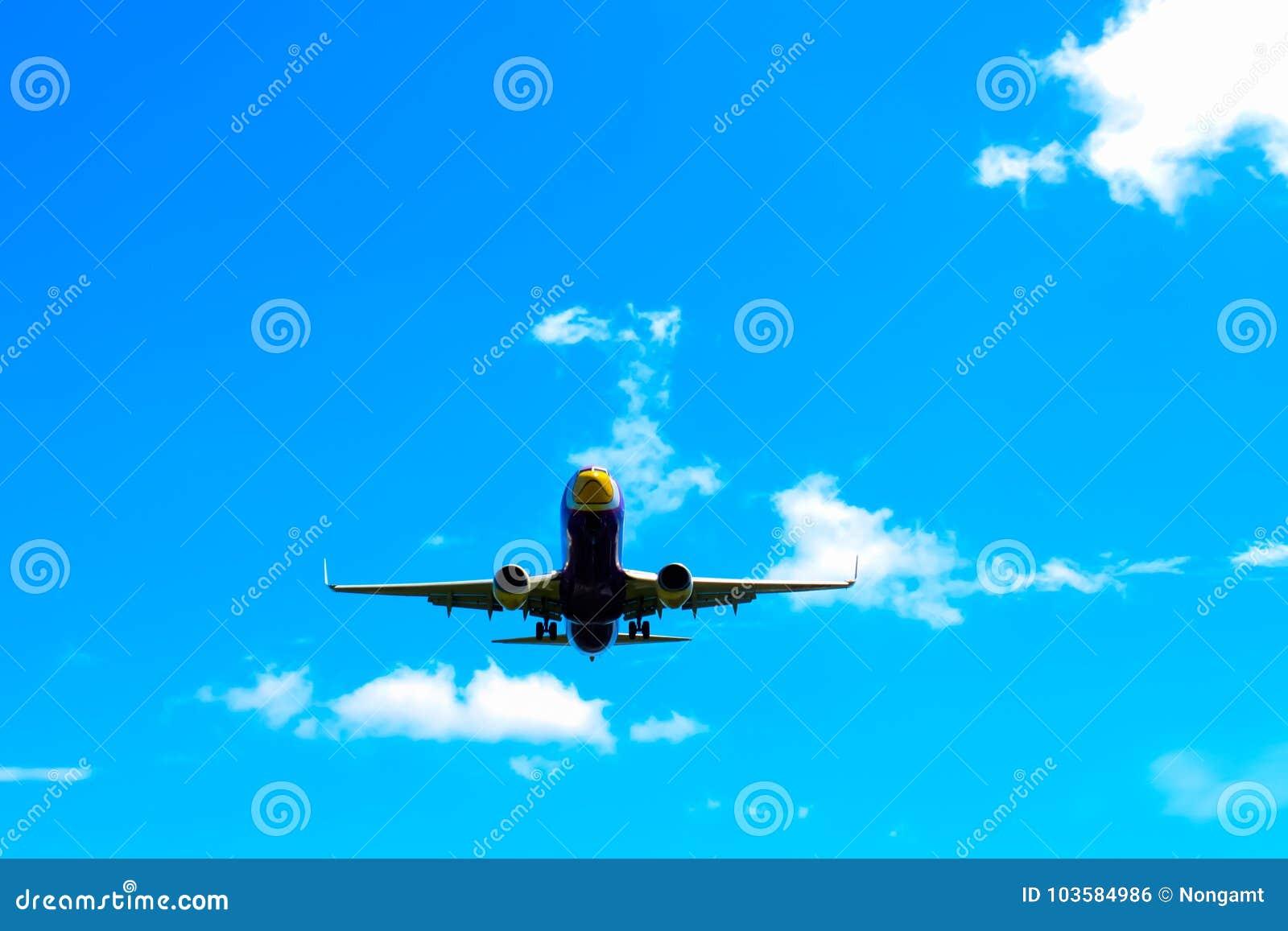 飞机着陆在普吉岛国际机场在晴天