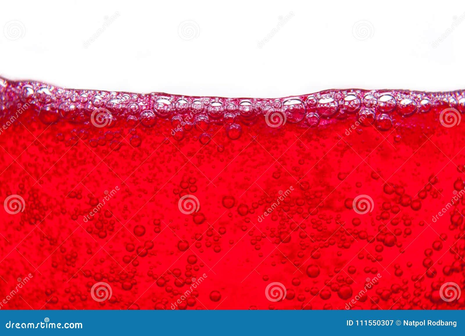 飞溅与泡影和紧密露点的红色苏打水