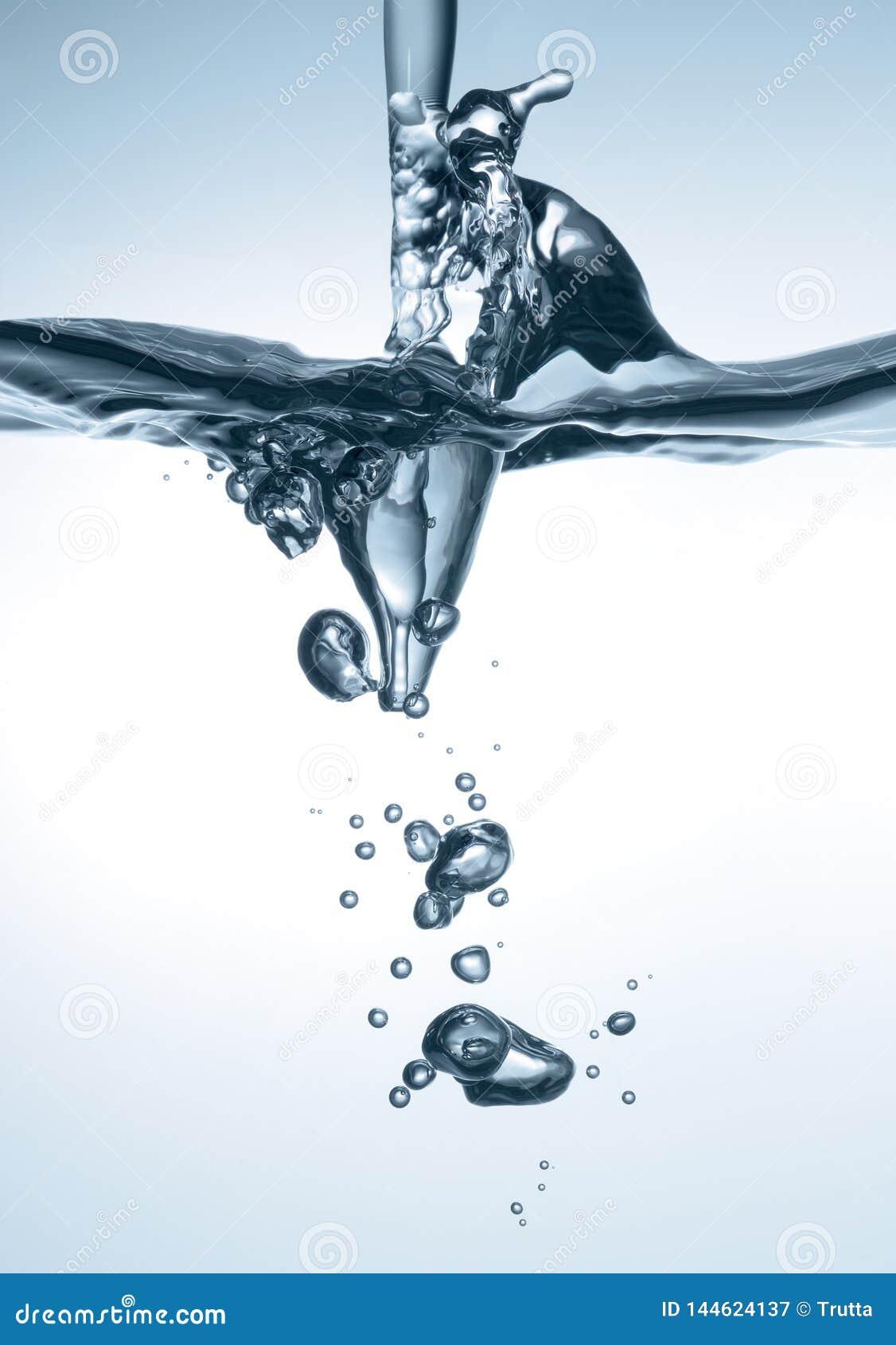 飞溅,与泡影的泡沫腾涌的水