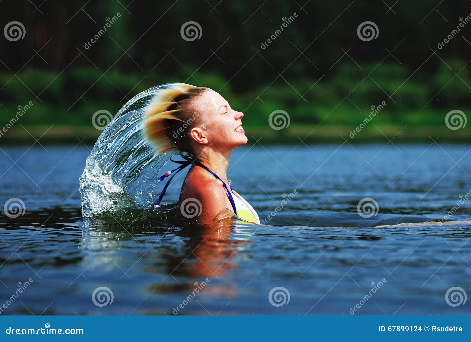 飞溅水的秀丽式样女孩与她的头发 美丽的水妇女