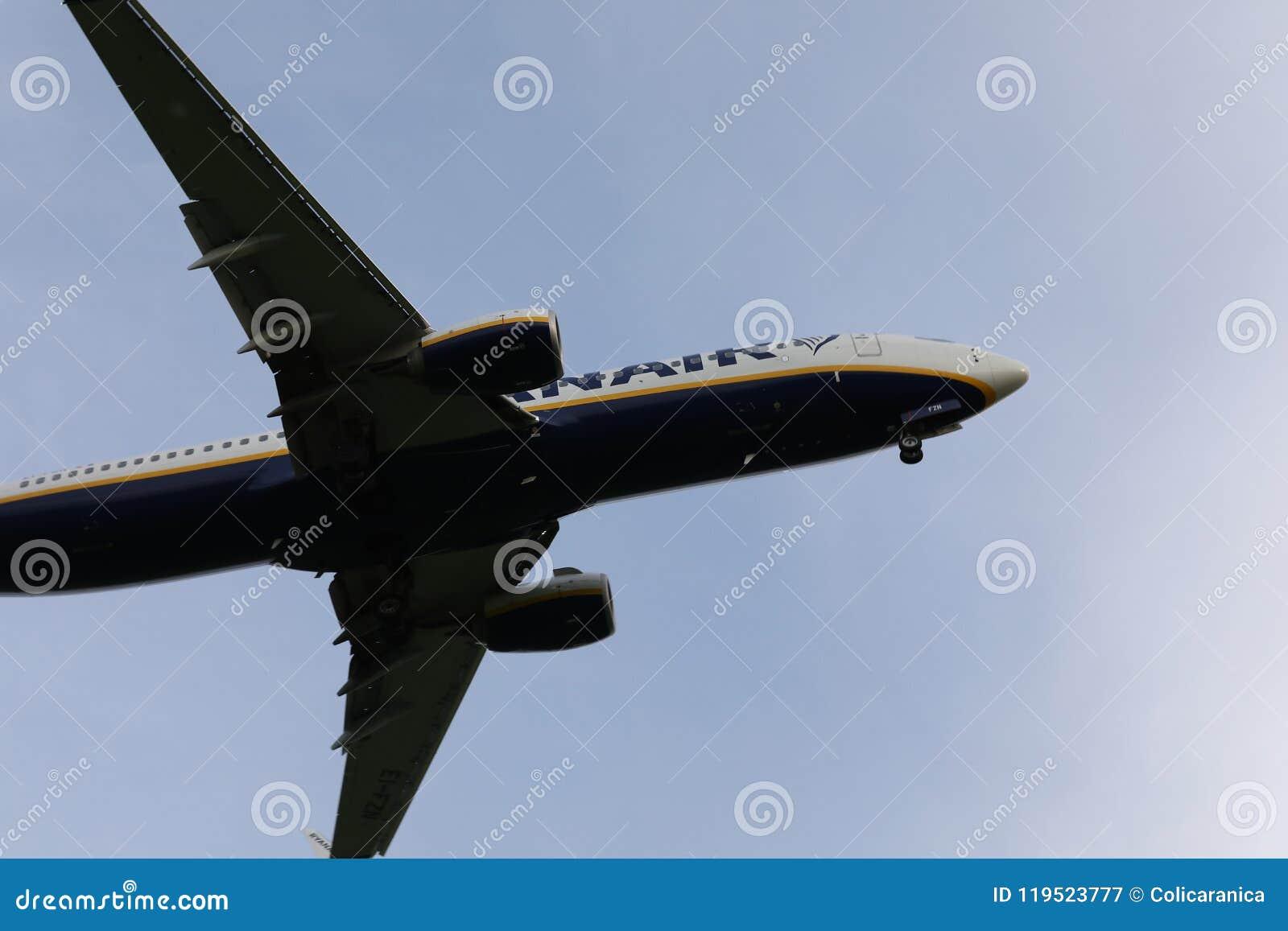 飞行从下面在天空,看法的瑞安航空公司波音喷气机