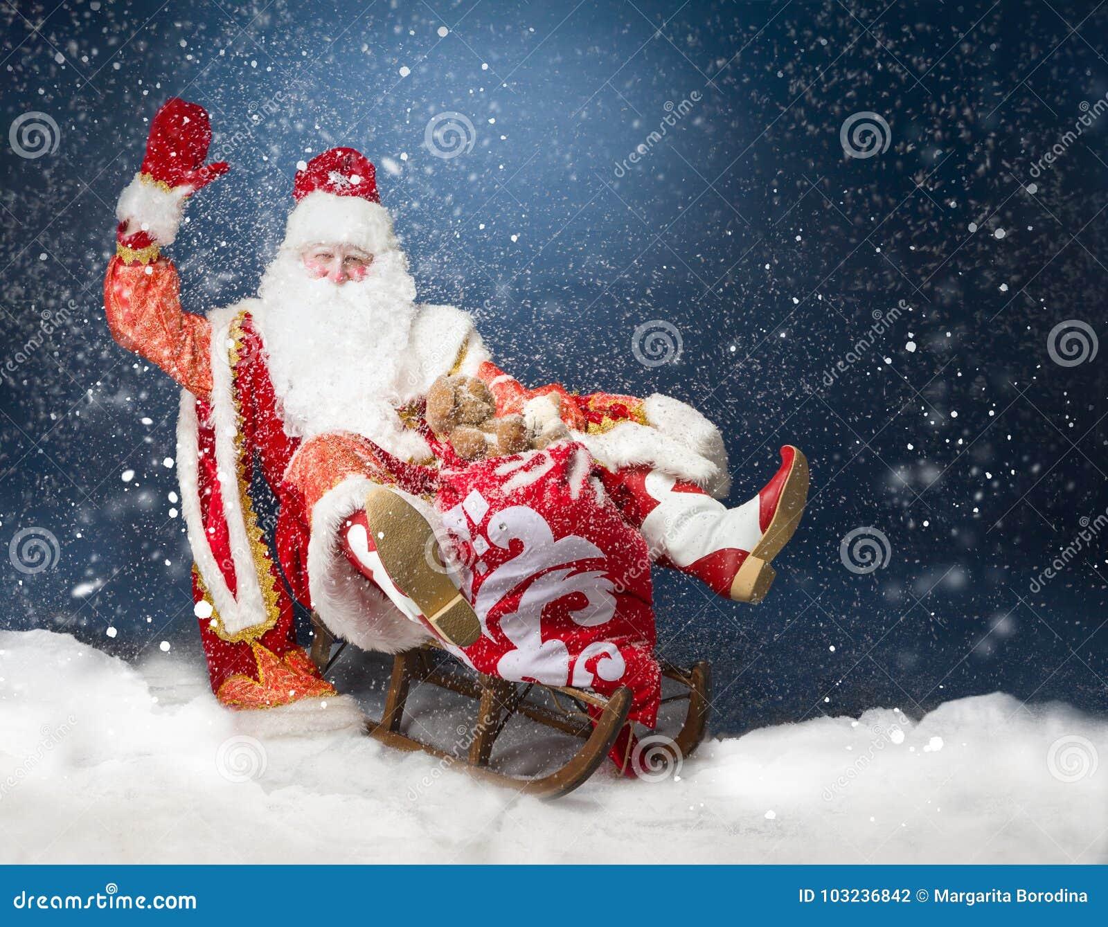 飞行他的雪橇的圣诞老人反对雪