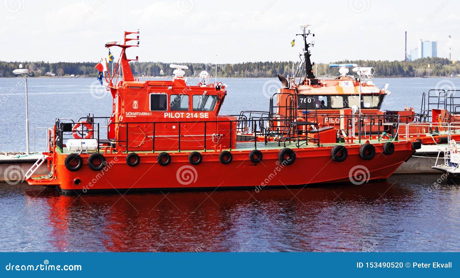 飞行员和海在任务的救助艇