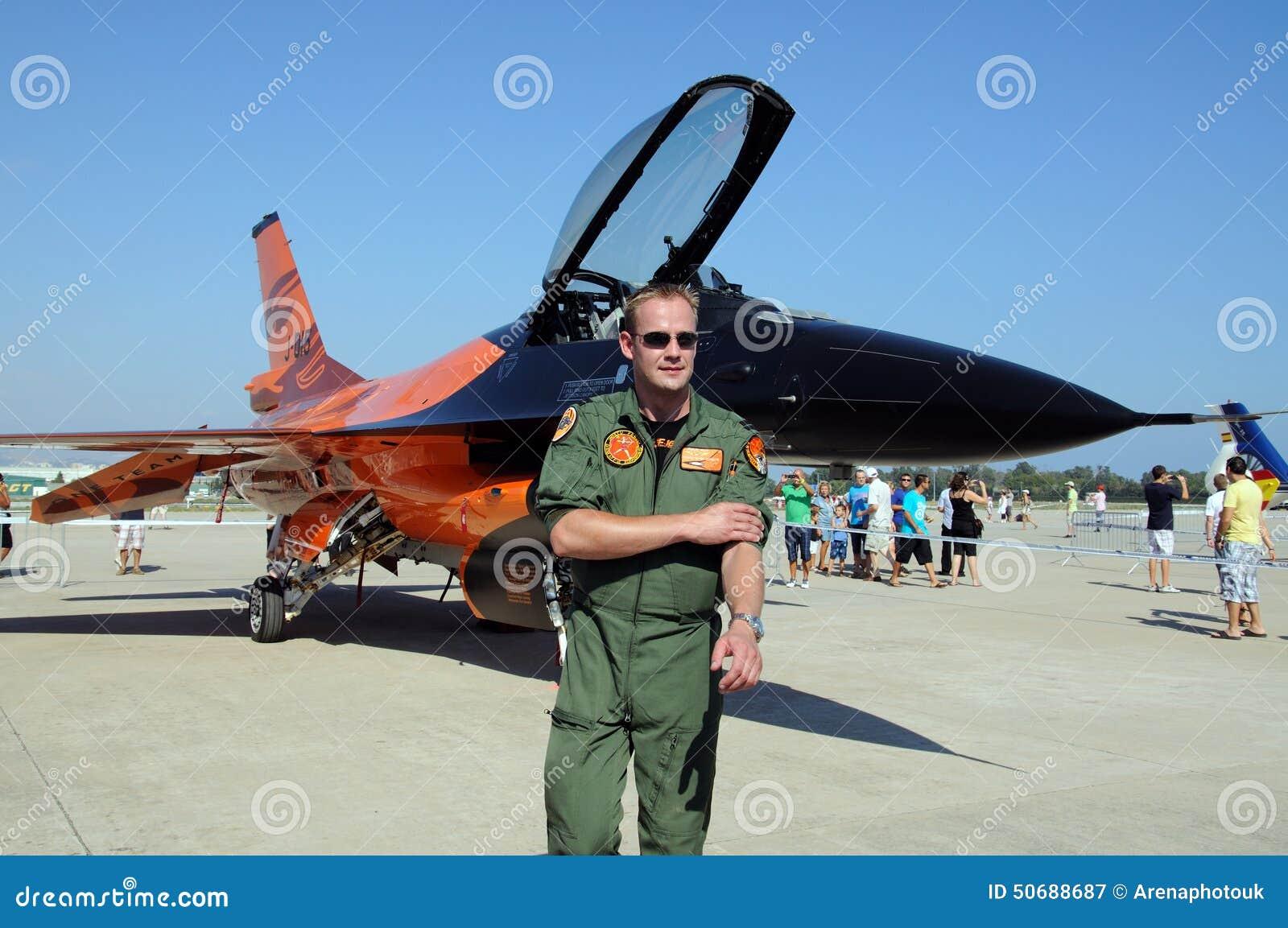 Download 飞行员和F-16猎鹰 图库摄影片. 图片 包括有 强制, 西班牙语, 航空学, 运输, 显示, 战斗机, 通用 - 50688687