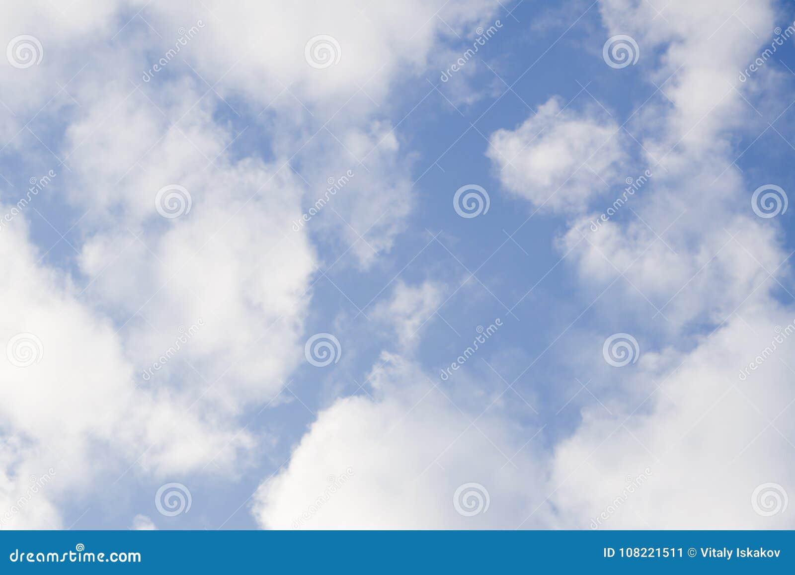 飞行在云彩高度的直升机有蓝天背景