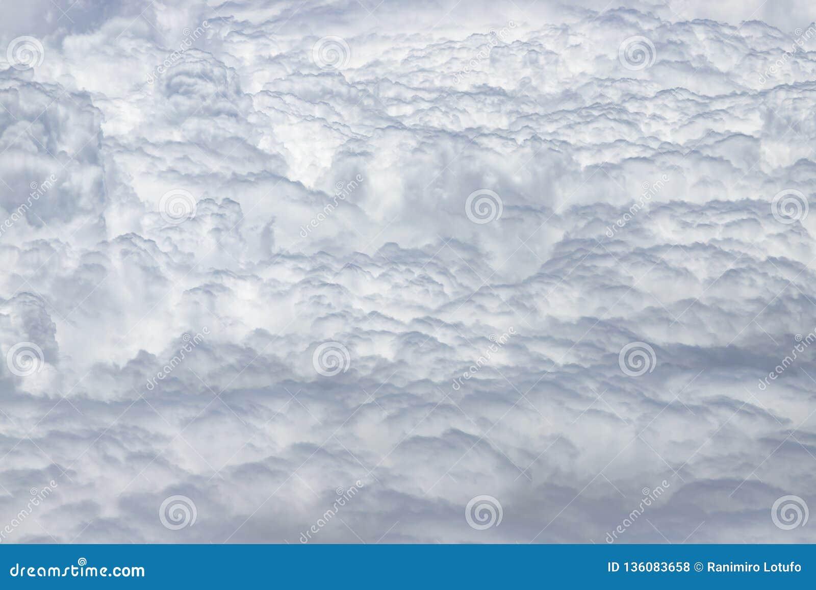 飞行在白色云彩上密集的层数  伟大和美丽的云彩