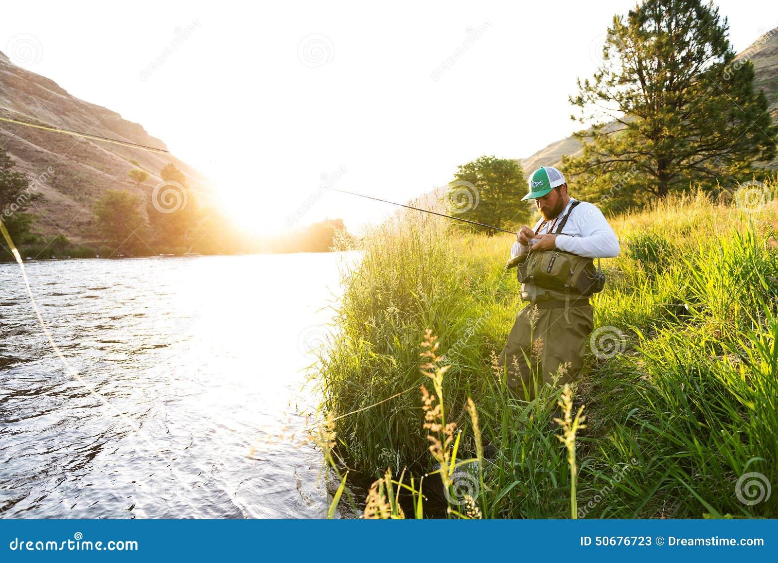 Download 飞行河岸的渔夫在日出 库存图片. 图片 包括有 捕鱼, 业余爱好, 诱剂, 日出, 渔夫, 线路, 飞行 - 50676723