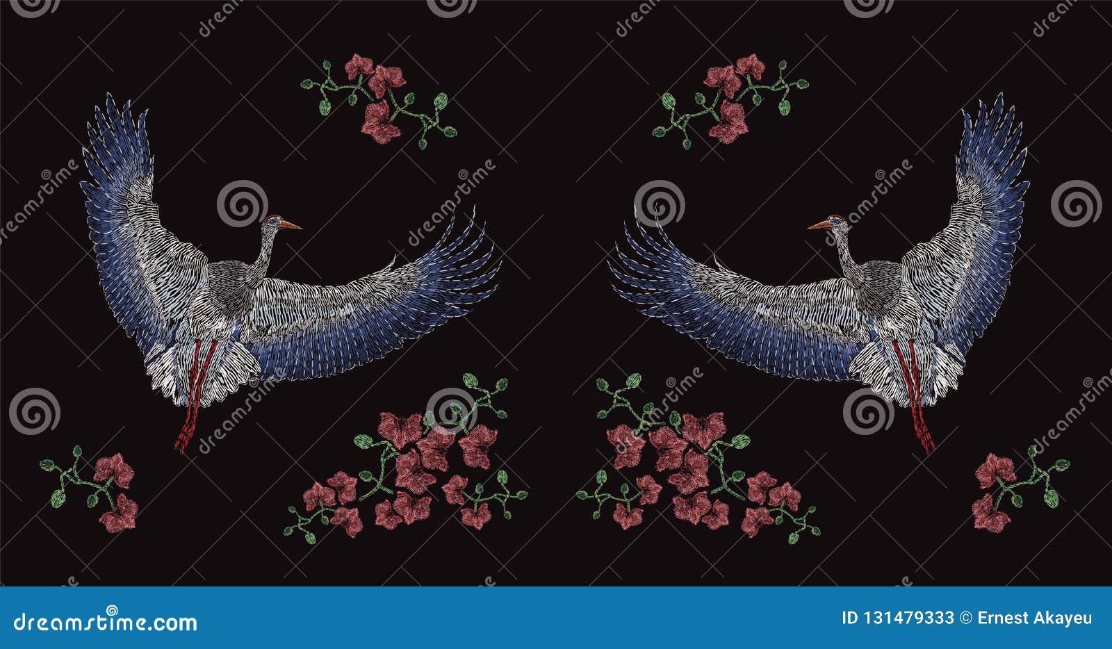 飞行的亚洲起重机和开花的花绣与在黑背景的五颜六色的螺纹 刺绣设计与